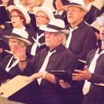Chor singend Hajo trommelnd